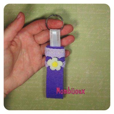 Portachiavi con decorazione fiore fatto a mano by Mombijoux, idea regalo, bomboniera, portachiavi o gadget da appendere alla borsa in feltro