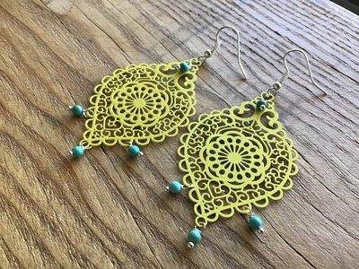 """Lunghi orecchini """"chandelier"""" gialli con perline in turchese"""