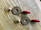Orecchino lungo, perla coltivata australiana, connettore a disco e barilotto in corallo