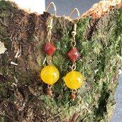 Orecchini pendenti corti con sfera in giada gialla, rombo di agata corniola e perlina di pietra del sole
