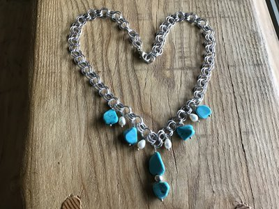 Collana catena con pendenti in turchese naturale e perle di fiume