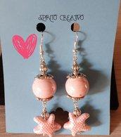 Orecchini pendenti con perla rosa e stelle in ceramica