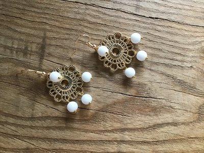 Orecchini con connettore  effetto pizzo e perle di agata bianca satinata