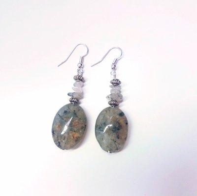 Orecchini pendenti con pietre naturali verdi e argento tibetano
