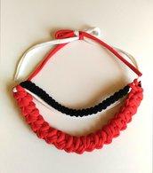 Collana girocollo multifilo realizzata ad uncinetto in fettuccia di lycra e di cotone nei colori rosso bianco e nero