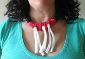 Collana girocollo ad uncinetto in fettuccia in lycra blu e rossa con peneri in fettuccia di cotone bianchi
