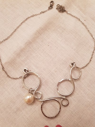 Girocollo in acciaio, alluminio battuto e perla