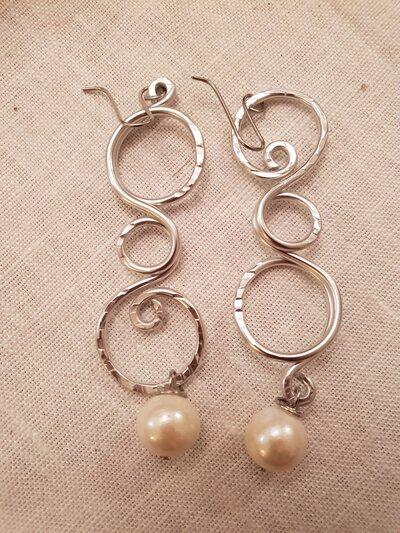 Orecchini in alluminio battuto e perla con monachelle in acciaio