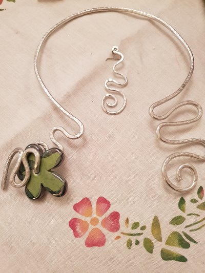 Girocollo/collana rigida in alluminio battuto con fiore in ceramica greca artigianale
