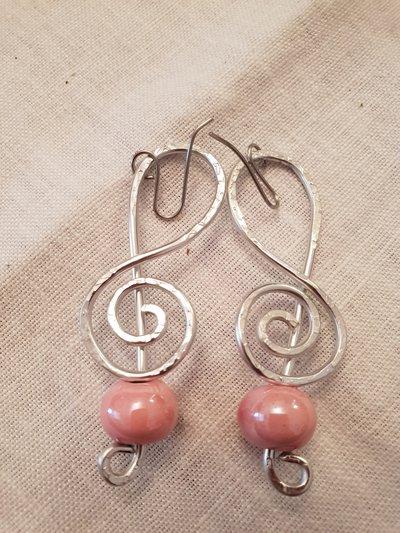Orecchini in alluminio battuto con perla in ceramica greca e monachelle in acciaio
