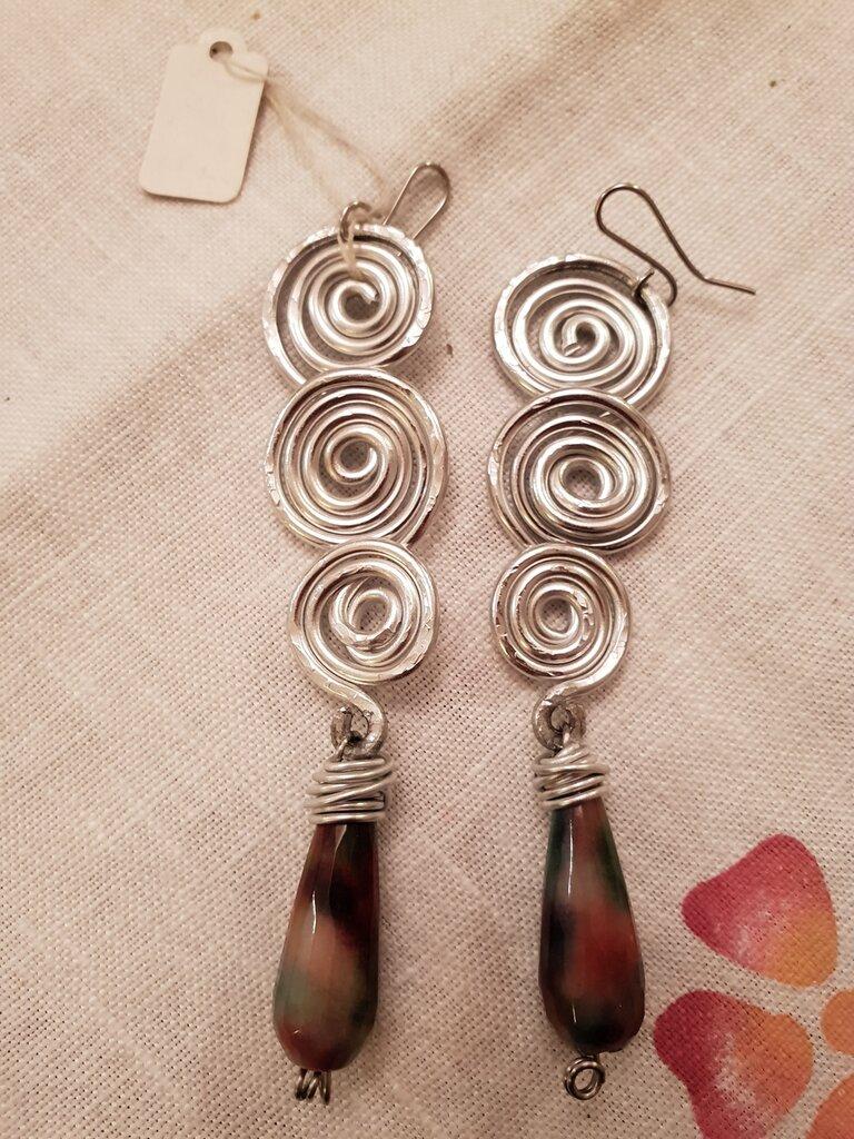Orecchini in alluminio battuto con gocce in pietra dura e monachelle in acciaio