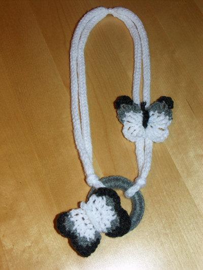 Collana di lana ad uncinetto con farfalle