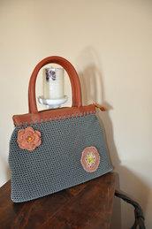 borsa creata al uncinetto con cordino grigia con rifiniture color tabacco