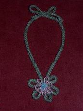 Collana di lana ad uncinetto con perline