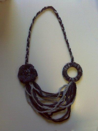 Collana di lana ad uncinetto