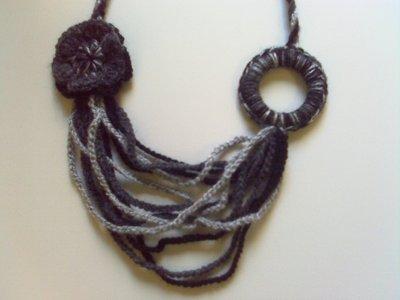 Collana di lana ad uncinetto su misshobby - Collane di design ...