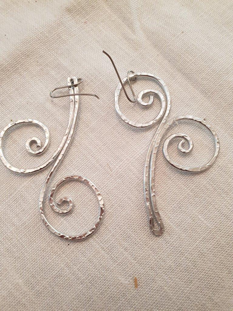 Orecchini in alluminio battuto con monachelle in acciaio