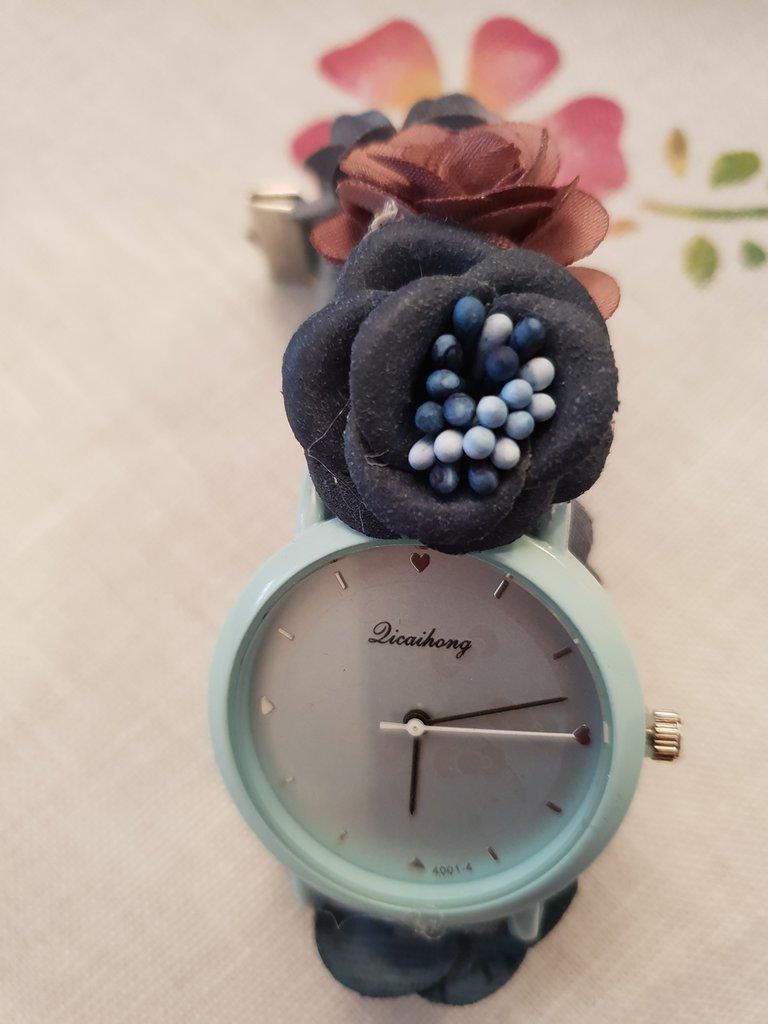 Orologio con cinturino elastico regolabile e fiori
