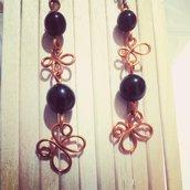 Orecchini perle nere, lavorazione wire a forma di farfalla