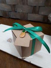 Scatoline bomboniere portaconfetti fatte a mano in carta kraft con ciondolo ananas,targhetta,nastrino verde,bomboniere e scatoline