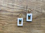 Simpatico orecchino con rettangolo di madreperla e perlina color turchese