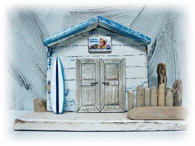 Cabina da spiaggia con legni di mare