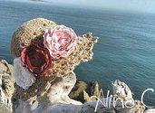 Cappello estivo, cloche. in spago di juta, lavorato all'uncinetto, con fiori in tessuto effetto vintage, moda estate, moda donna, ragazza,cappello crochet