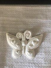 Farfalla sorridente con cuori in gesso ceramico profumato per il fai da te