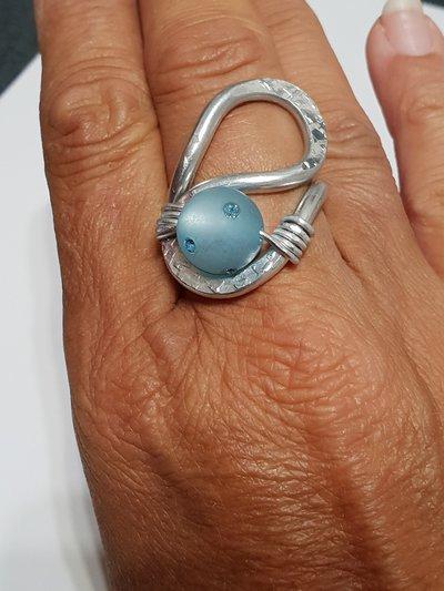 Anello in alluminio battuto regolabile con perla e cristalli Swarovki
