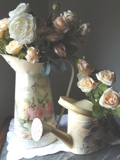 Vasi shabby con fiori sintetici