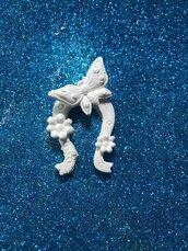 Ferro di cavallo coìn farfalla e fiori a rilievo in gesso ceramico per fai da te
