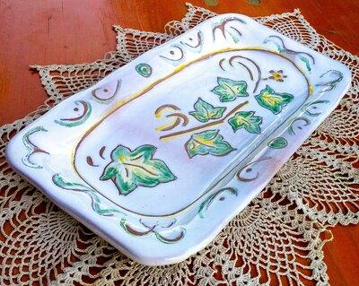 Vassoio di maiolica svuotatasche, manufatto dipinto con ramo con foglie d'edera contorni incisi
