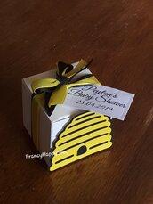 Bomboniera Scatolina fatta a mano Portaconfetti tema ape alveare personalizzato,nascita,battesimo,baby shower,compleanno dell'apertura,festa dell'ape,gadget fine festa,scatoline bianche,targhette personalizzate,nero e giallo