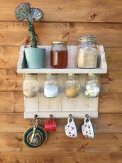 mensola attrezzata con ganci in legno di recupero stile country