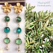 Orecchini pendenti realizzati a mano con perni in zama, cristalli e perle
