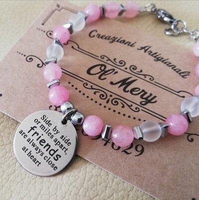 Bracciale in quarzo rosa e charms amicizia