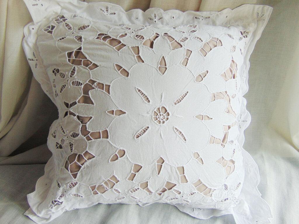 cuscino vintage in cotone ricamato a intaglio
