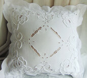 cuscino vintage in cotone ricamato