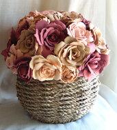 Composizione floreale in gomma eva su cesto di vimini