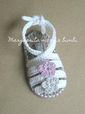 Sandali bianchi neonata/bambina - fasce incrociate alla caviglia - due fiori - uncinetto - Battesimo