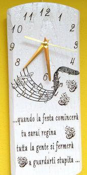 Orologio da parete in legno con testo Eros Ramazzotti
