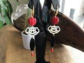 Bellissimi ed originali orecchini lunghi con elementi in resina rossa, vetro nero, madreperla e perline di corallo naturale