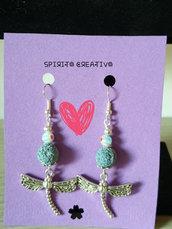 Orecchini pendenti con pietra lavica azzurra e charms libellula