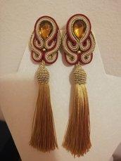Orecchini Soutache color oro e bordeaux realizzati a mano con Nappine