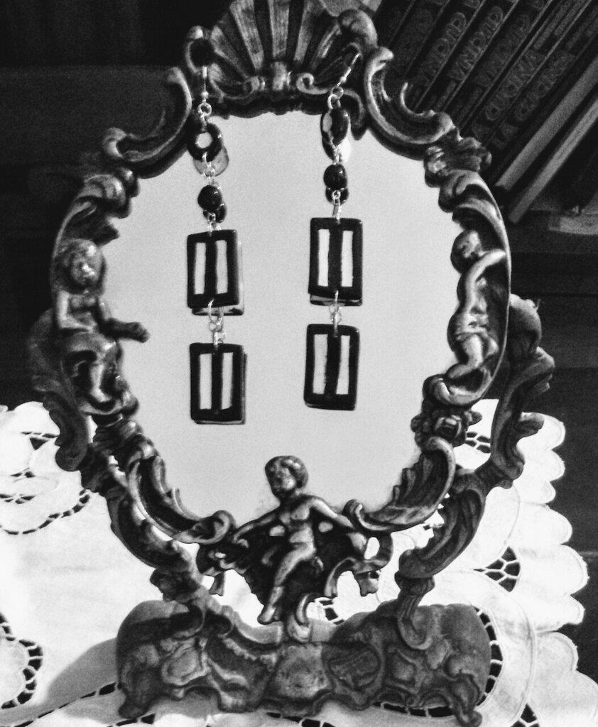 Lunghi orecchini manufatti bianchi e neri rettangoli a righe pallina nera lente con monachella
