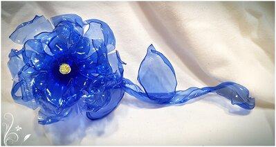 Fiore lungo blu con stelo e foglie in plastica riciclata.