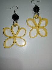 Orecchini tecnica quilling a forma di fiore giallo con perla nera