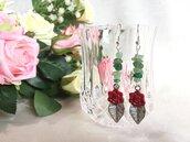 Orecchini pendenti con chips di agata verde e charm in argentone con rosa e foglia