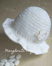 Cappellino/cappello bimba bianco con fiore e laccetto panna - uncinetto - Battesimo