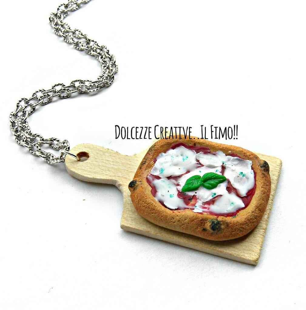 Collana Tagliere con pizza margherita - mozzarella pomodoro e basilico - idea regalo miniature in fimo handmade